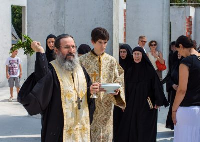 Père Elisaïos bénit l'église