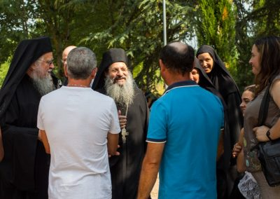 Père Elisaïos avec les entrepreneurs du chantier