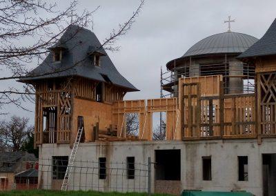 Construction de la charpente entre les deux tours