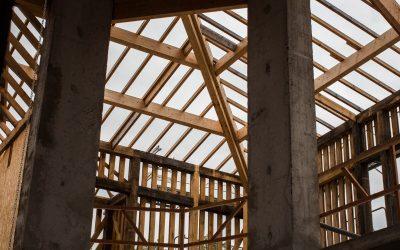 Les charpentes des toitures en voie d'achèvement