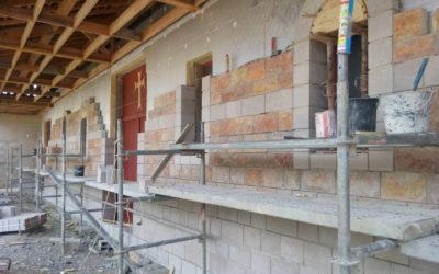 Construction des murs de parement en pierre