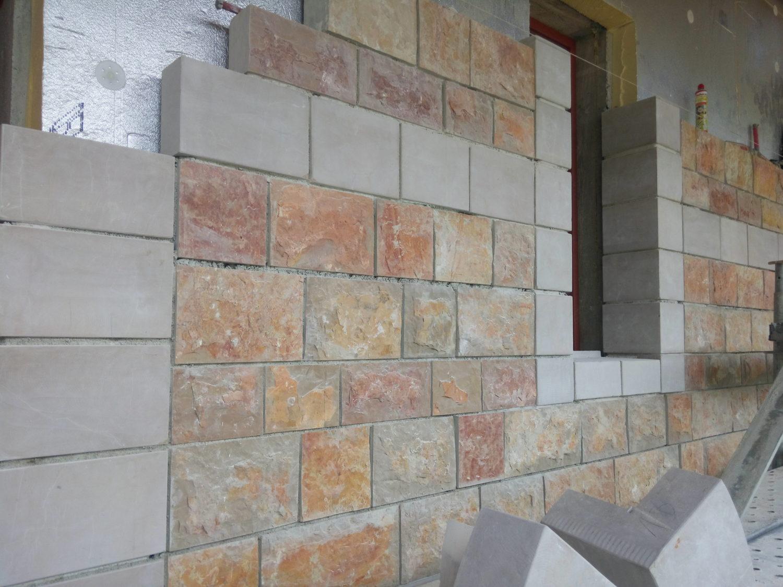 Construction du mur extérieur en pierre